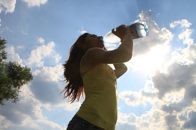 pití z láhve
